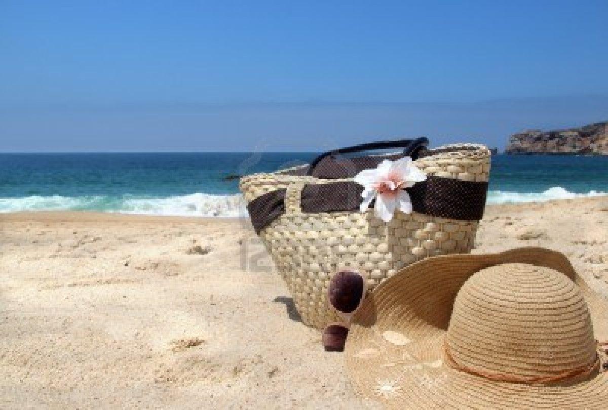 14769070-in-mare--costa-occhiali-da-sole-borsa-di-paglia-spiaggia-e-cappello